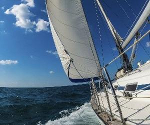 Voilier sur mer bleu et ciel ensoleillé