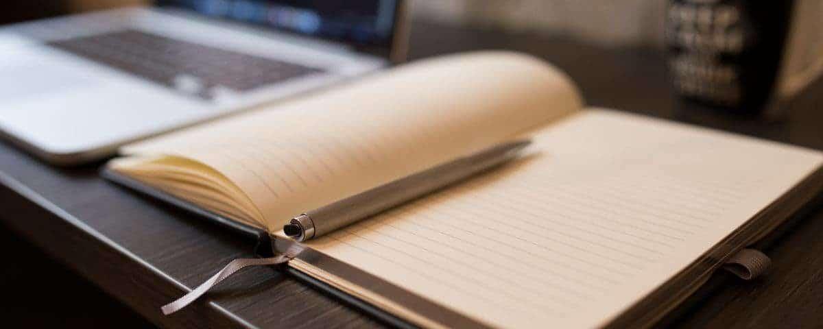 bureau de freelance avec bloc notes et laptop