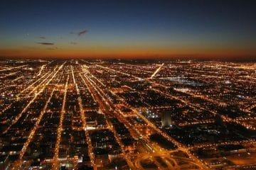 Ville illuminée de nuit